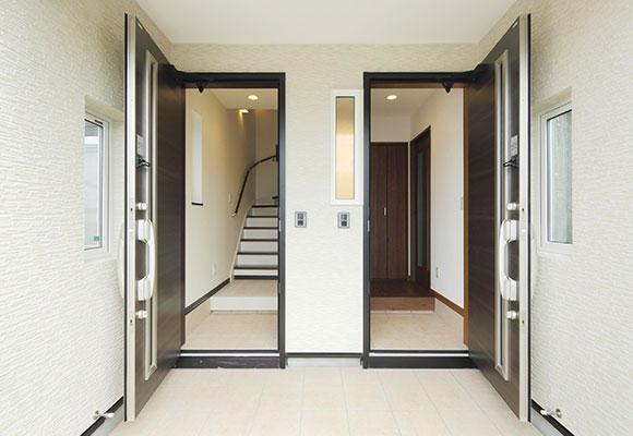 収納もたっぷりで安心、玄関を分けた二世帯の住まい