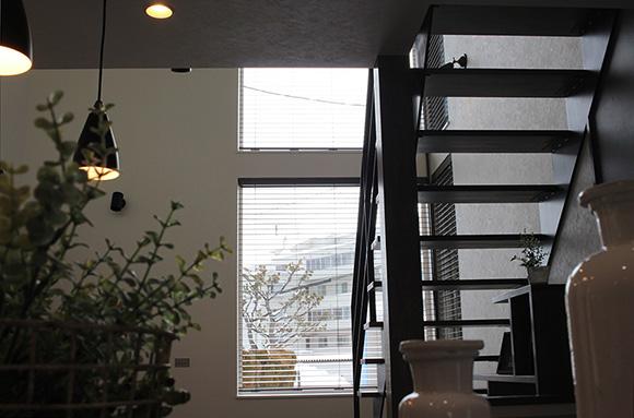 インダストリアルなインテリアが落ち着いた空間を演出するエアコン1台で家中あたたかい子育て新築住宅