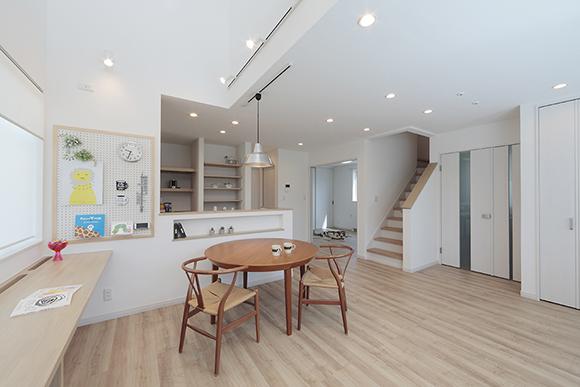 ナチュラルテイストのコンパクトな同居型2世帯住宅(新築)