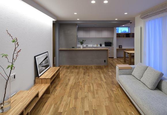 組み込みカーポートと中庭のある、デザインと性能を持ち合わせた家