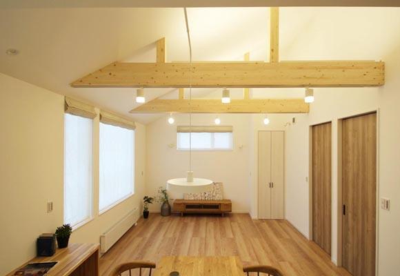 梁のある勾配天井が気持ちいい、外壁塗壁と三角屋根のかわいい平屋 新築・注文住宅完成見学会(現地orオンライン)